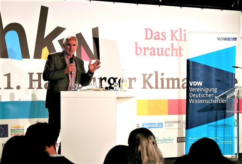 Laudato Si Projektleiter Ulrich Bartosch beim öffentlichen Gesprächsforum der VDW im Rahmen der Hamburger Klimawoche 2019